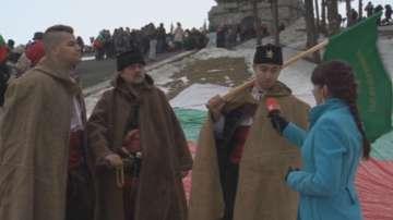 Въпреки лошото време стотици българи се изкачиха на връх Шипка
