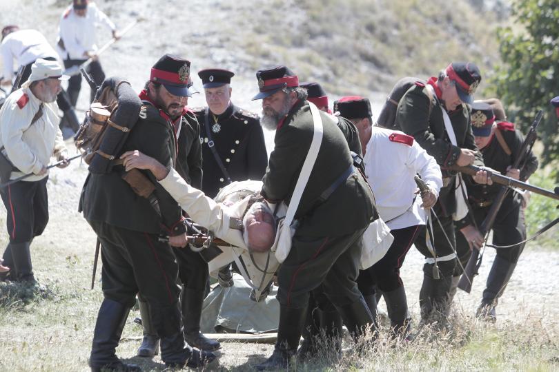 снимка 12 Стотици почетоха паметта на загиналите при боевете на връх Шипка