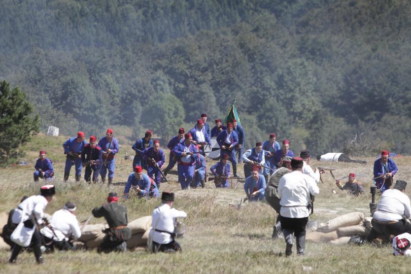 снимка 13 Стотици почетоха паметта на загиналите при боевете на връх Шипка