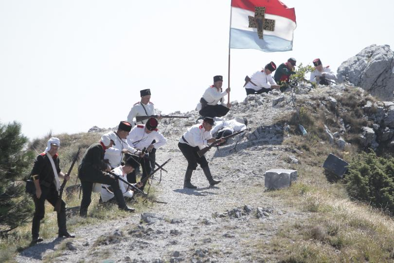 снимка 11 Стотици почетоха паметта на загиналите при боевете на връх Шипка