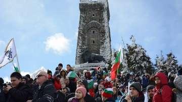 Хиляди се качиха на връх Шипка за Националния празник