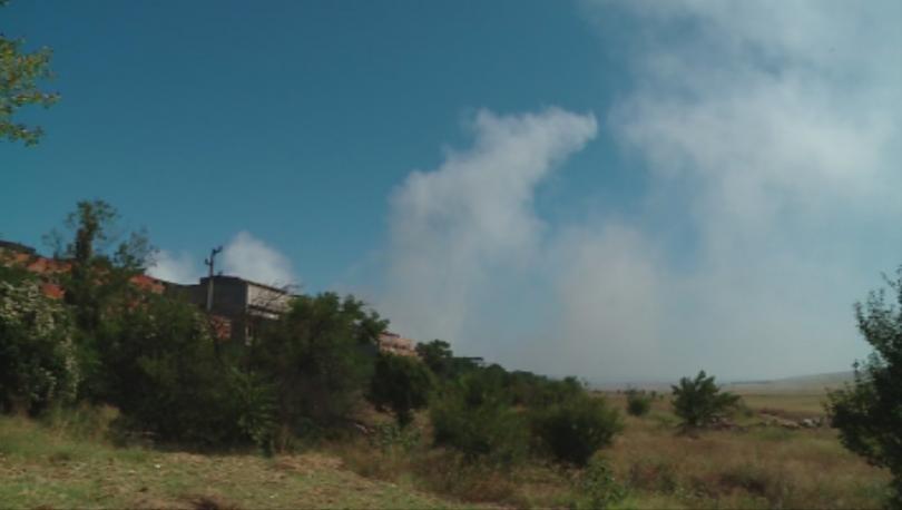 Снимка: Продължава борбата с пожара в депото за отпадъци край Шишманци