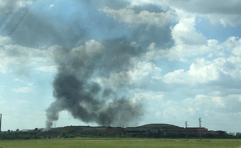 Четвърти ден пожарникари се борят с дима от сметището на