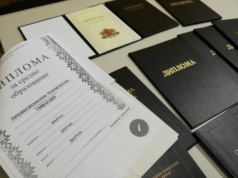 снимка 1 Разбиха престъпна схема за фалшиви дипломи в Шумен (СНИМКИ)