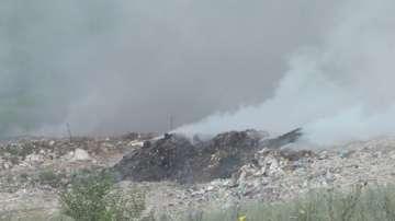Пожарът на сметището в Шумен не стихва