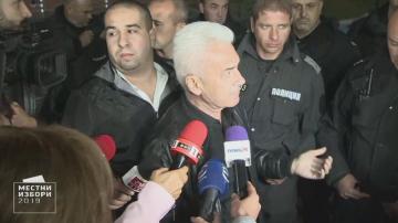 Сидеров опитва да влезе в Арена Армеец, полицията го спира