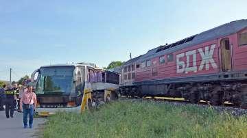 Товарен влак блъсна автобус край Симеоновград (СНИМКИ / ВИДЕО)
