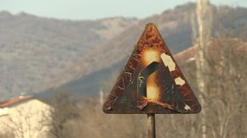 Спряха временно движението по Е-79 край Симитли заради горящи треви