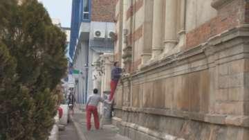 Вандал разби прозорците на Софийската синагога