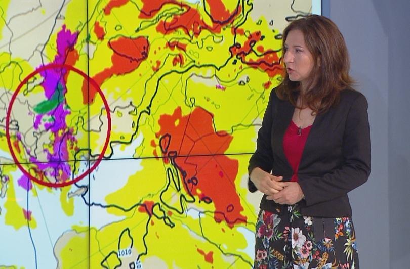 Условията за интензивни валежи и гръмотевици продължават и днес, съобщи