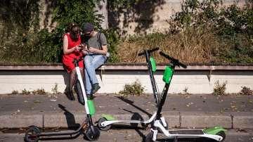 Париж забрани електрически скутери да паркират на тротоара