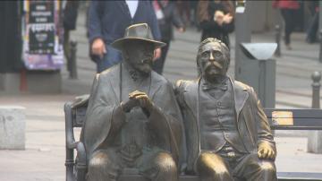 Откраднаха бастуна от статуята на Славейкови в София