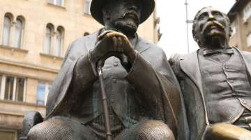 Монтираха нов бастун на статуята на баща и син Славейкови