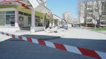 Срутила се е козирка на вход на жилищен блок в Сливен, няма пострадали