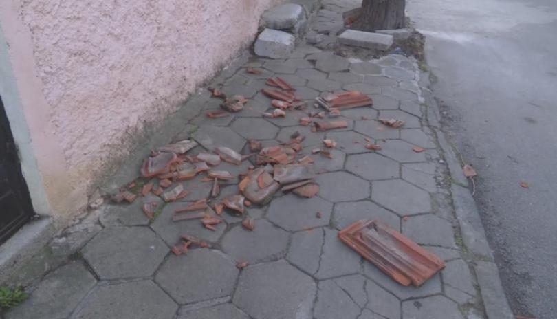 снимка 1 Силен вятър в Сливен и областта, нанесени са материални щети
