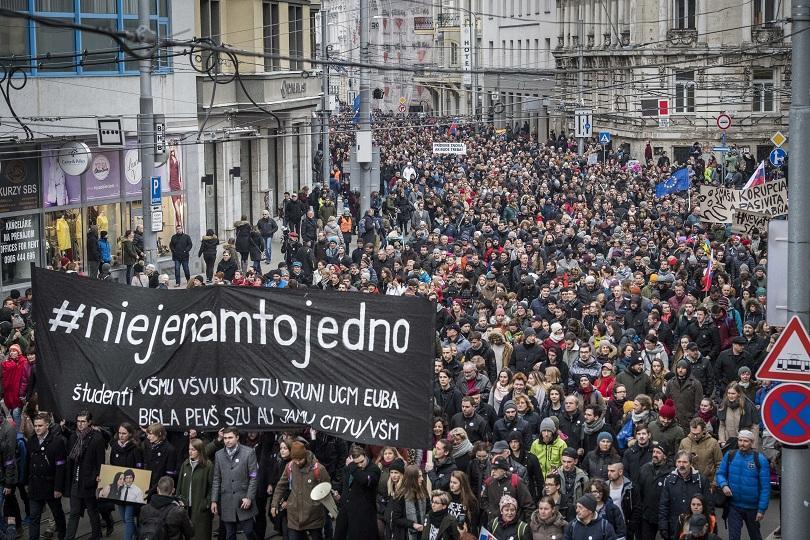Десетки хиляди излязоха по улиците на словашките градове с призиви