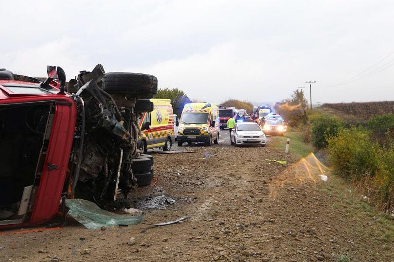 12 души загинаха при катастрофа между автобус и камион в