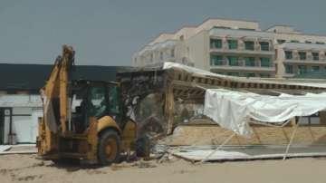 Започна събарянето на незаконни обекти по плажа в Слънчев бряг