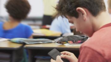 Забрана за използване на смартфони във френските начални и средни училища
