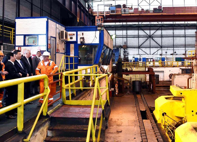 Президентът Си Цзинпин на посещение в металургичния комбинат в Смедерево, който Китай купи през април 2016 г.