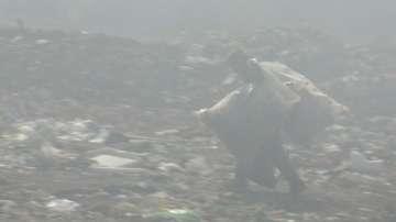 Седмици наред сметището край Дупница не спира да гори
