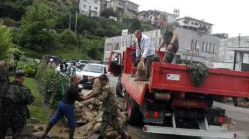 Военни се включиха в изграждането на диги в Смолян