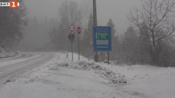 Обилен снеговалеж в Смолянско, пътищата са проходими