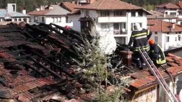 Пожар изпепели покривите на две стогодишни къщи близнаци в Смолян