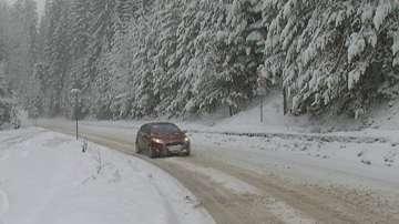 Остава усложнена обстановката в страната заради обилните снеговалежи