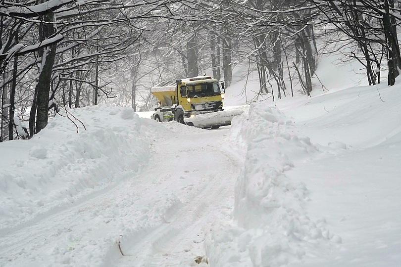 Снегопочистваща машина се е преобърнала в района на местността Черна