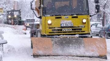 АПИ: Над 130 машини обработват пътните настилки в районите със снеговалеж