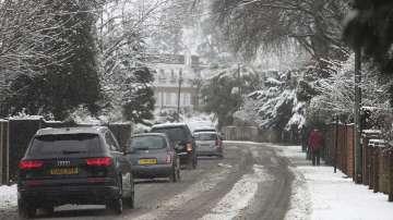 Отменени полети и нарушен трафик във Великобритания заради снега