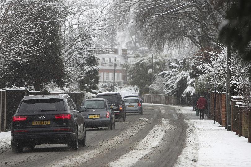 отменени полети нарушен трафик великобритания заради снега