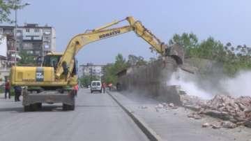 Разрушиха оградата на бившото военно поделение в Хасково