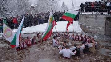 И в Зверино се хванаха на ледено хоро (ГАЛЕРИЯ)