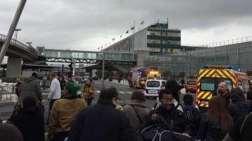 Застреляха мъж на парижко летище, опитал да отнеме оръжието на войник