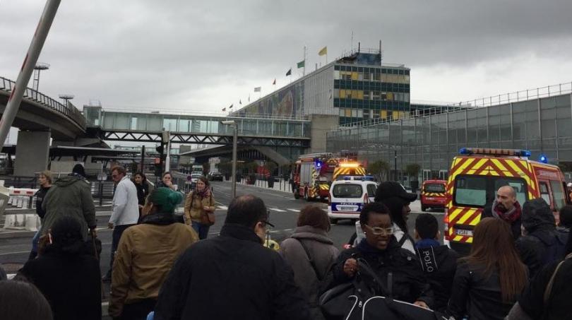 застреляха мъж парижко летище опитал отнеме оръжието войник
