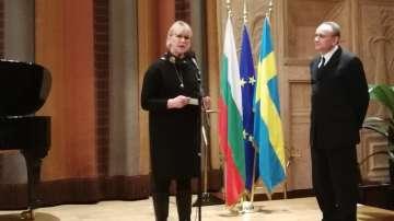 Шведският външен министър рецитира стихотворение на Елисавета Багряна