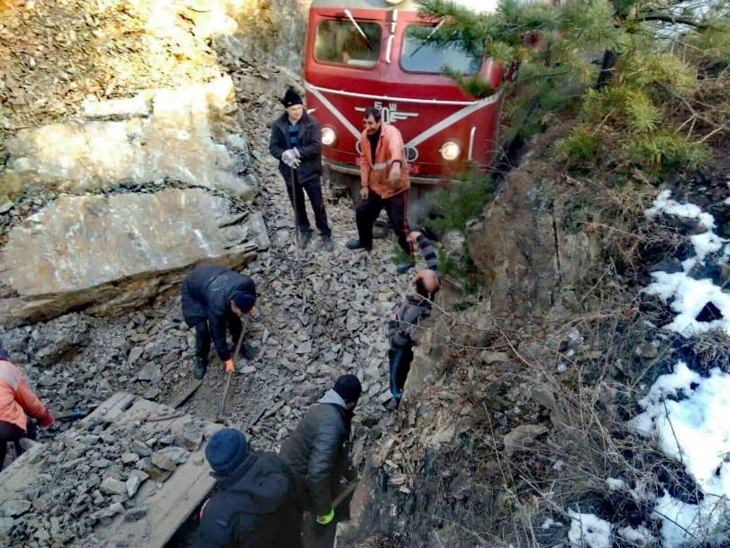 Продължава разчистването на трасето по ЖП линията Якоруда-Белица, където рано