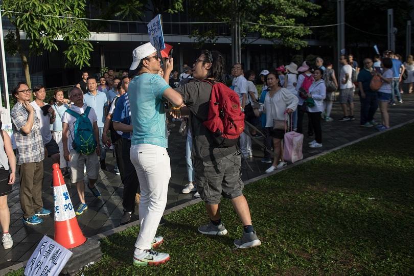 мащабен протест защита полицията хонконг