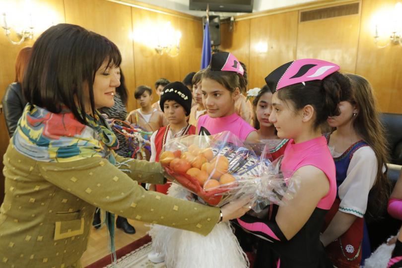 Ученици от Стамболийски отправиха в НС поздрав по случай Василица