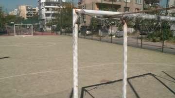 Метална футболна врата е паднала върху 13-годишно момче на игрище в Пазарджик