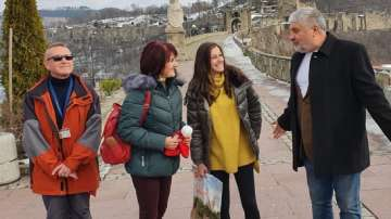Посрещнаха с подаръци първия турист на Царевец