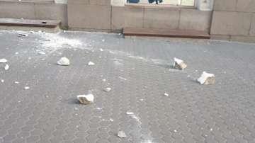 Парче от сграда падна на тротоар в центъра на София