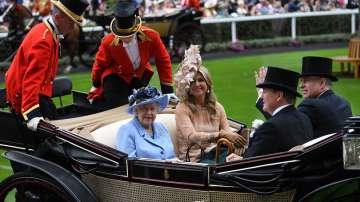 Кралица Елизабет II награждава с ордена на жартиерата