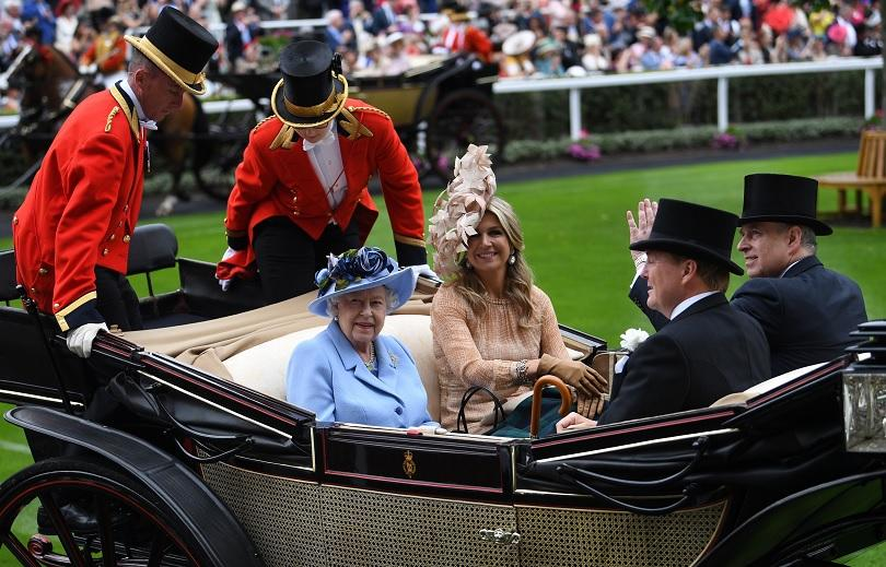 Британската кралица Елизабет II присъства на церемонията по връчване на
