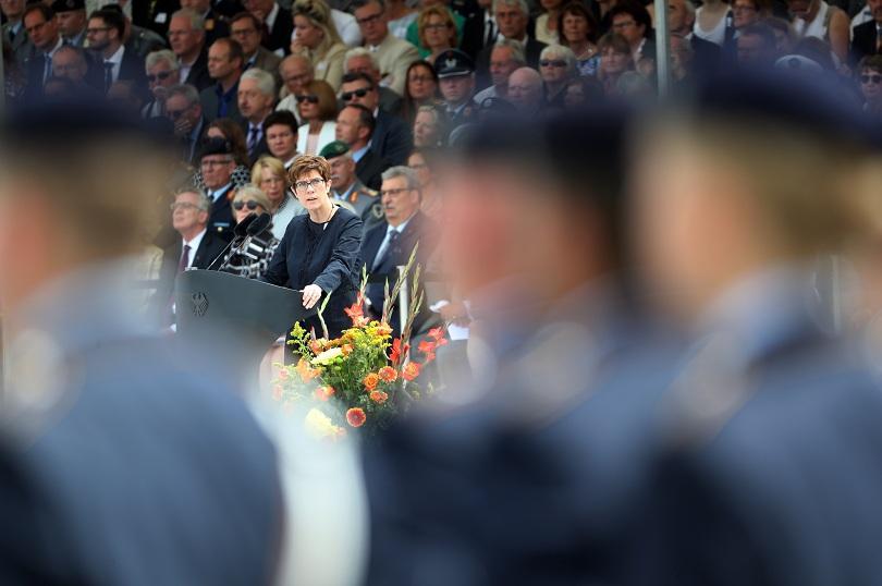 В Берлин на специална сесия на Бундестага, Анегрет Крамп-Каренбауер ще