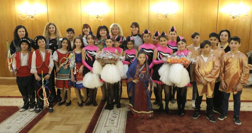 снимка 1 Ученици от Стамболийски отправиха в НС поздрав по случай Василица