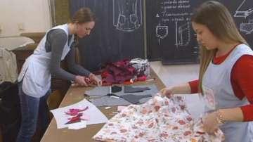 Ученици ушиха дрехи за децата от Хитрино