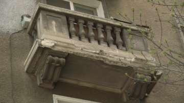 Проверяват всички тераси на сградата в София, от която се срути мазилка